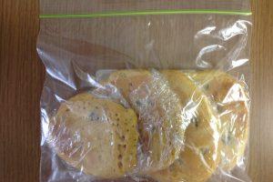 冷めたホットケーキをラップでくるみ、保存パックにいれた写真。このあと冷凍庫に入れます。