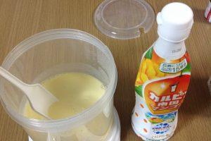 牛乳・R-1ヨーグルトを入れた容器にカルピスを加えました