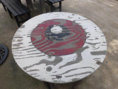 水木しげるロードのゲゲゲの妖怪楽園内のイートインスペースの机。