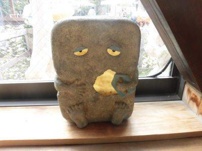 水木しげるロードのゲゲゲの妖怪楽園内の妖怪茶屋の窓際にある自分で自分を修理するぬりかべさん。