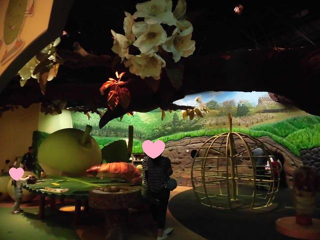 二十世紀梨記念館なしっこ館内の梨の不思議ガーデン内